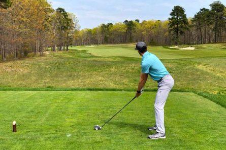 Để đánh bóng golf thẳng, người chơi nên sử dụng lực hợp lý khi thực hiện cú đánh