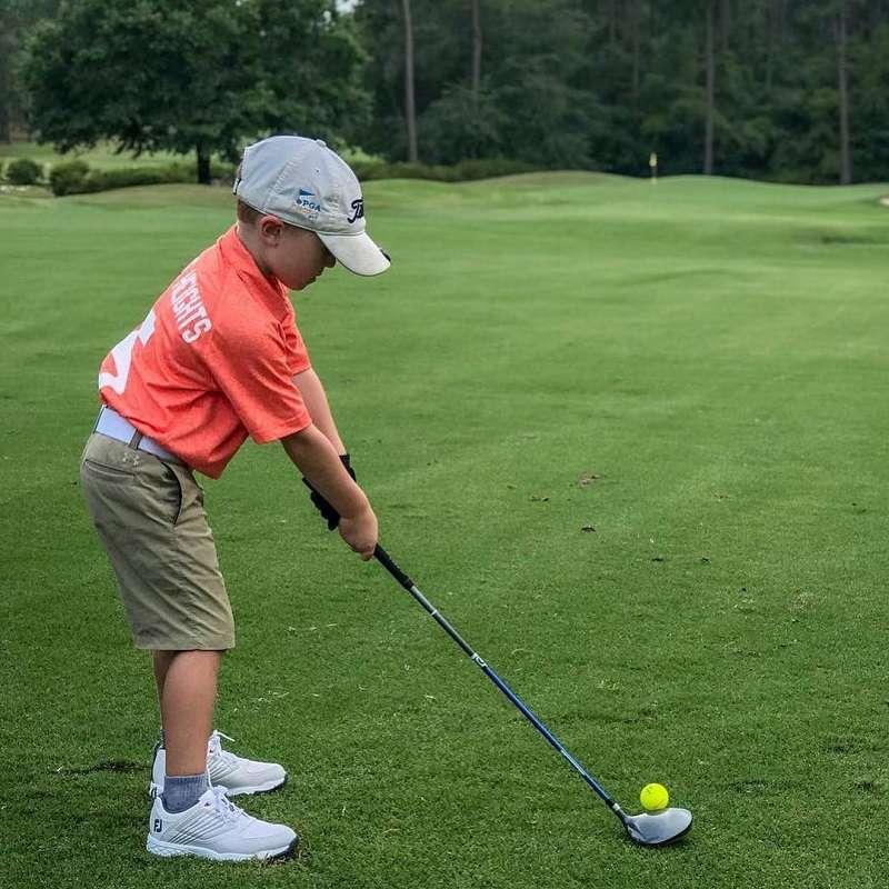 Giày golf là phụ kiện cần thiết cho các bé khi ra sân