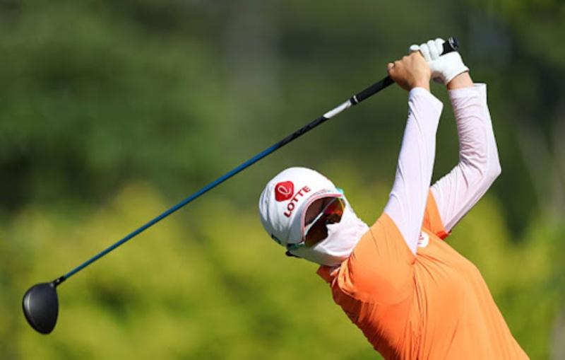 Khẩu trang golf vừa che nắng vừa tạo phong cách nổi bật cho golfer trên sân