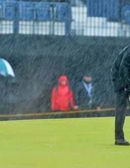 Quần áo mưa chơi golf là phụ kiện thời trang không thể thiếu của nhiều golfer