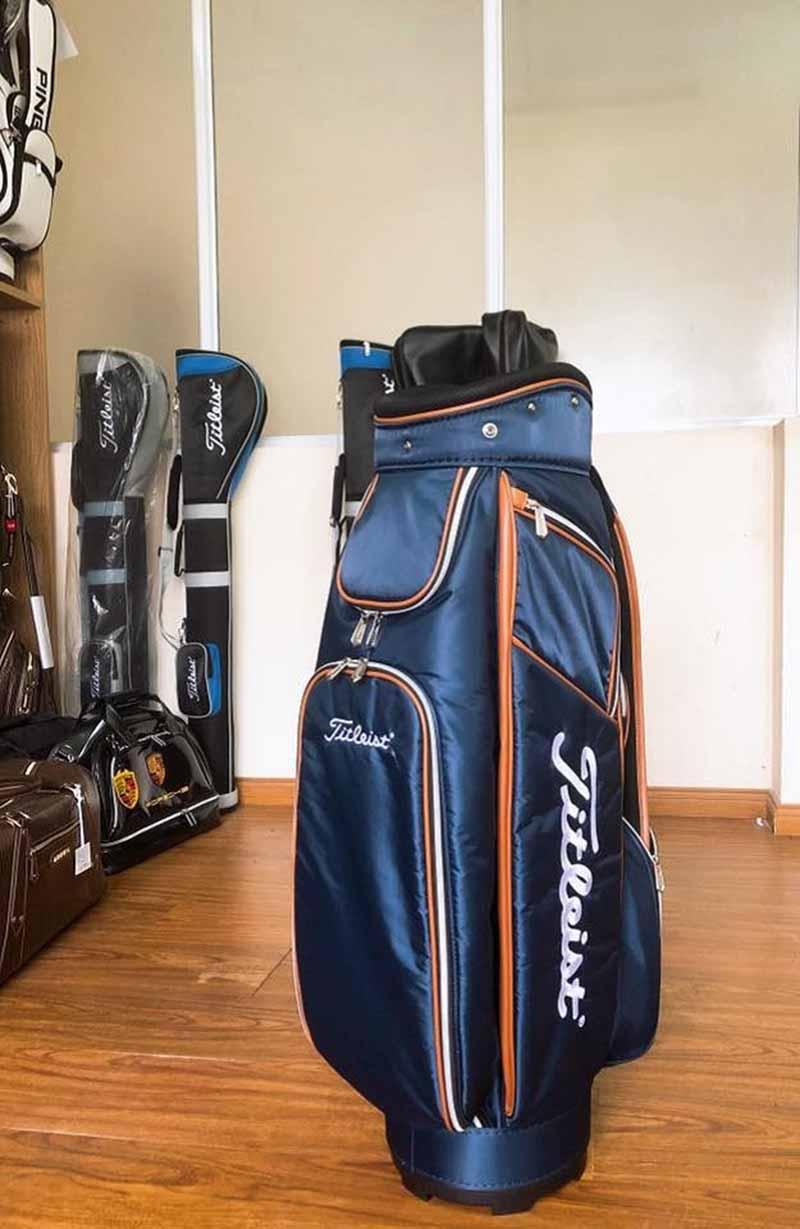 Túi gậy golf vải dù Titleist với thiết kế nhỏ gọn, trẻ trung năng động